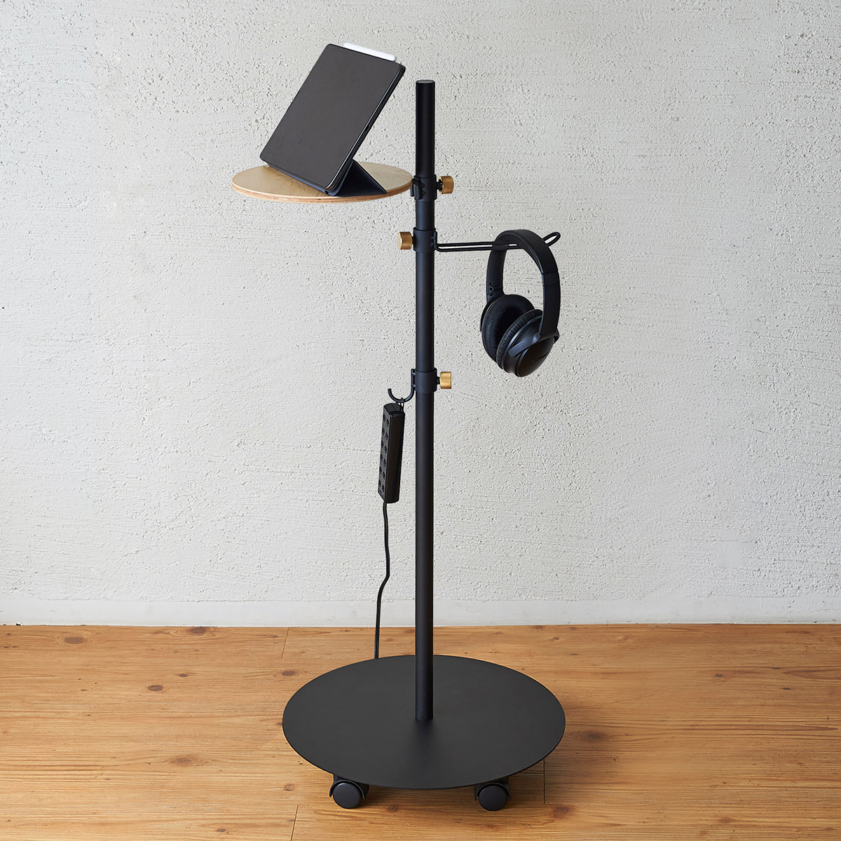 温かみある木製の「テーブル」があれば、スマホやスマートウォッチの充電台を置けるので、充電忘れがなくなります。キャスター台つきポール「Move Rod(ムーブロッド)」|DRAW A LINE(ドローアライン)