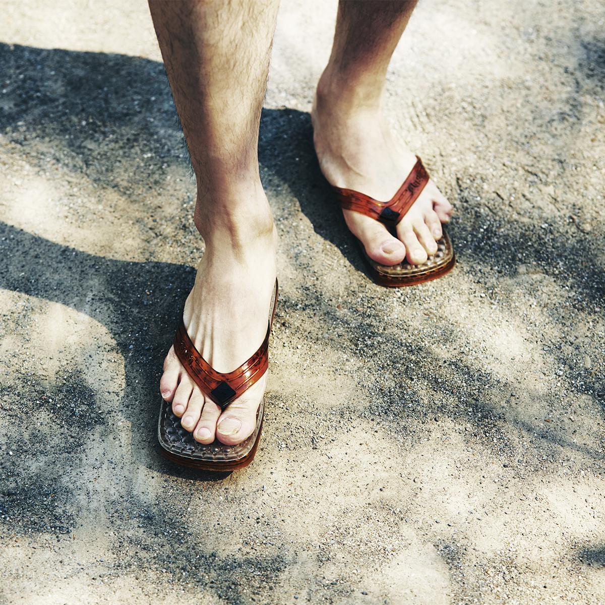 暑い日に素足で履きっぱなしでも気持ちいいし、海水浴やシャワー上がりに履くのもおすすめです。汗をかいても足裏がべたつかずサラサラのお洒落な「健康サンダル」|SENSI