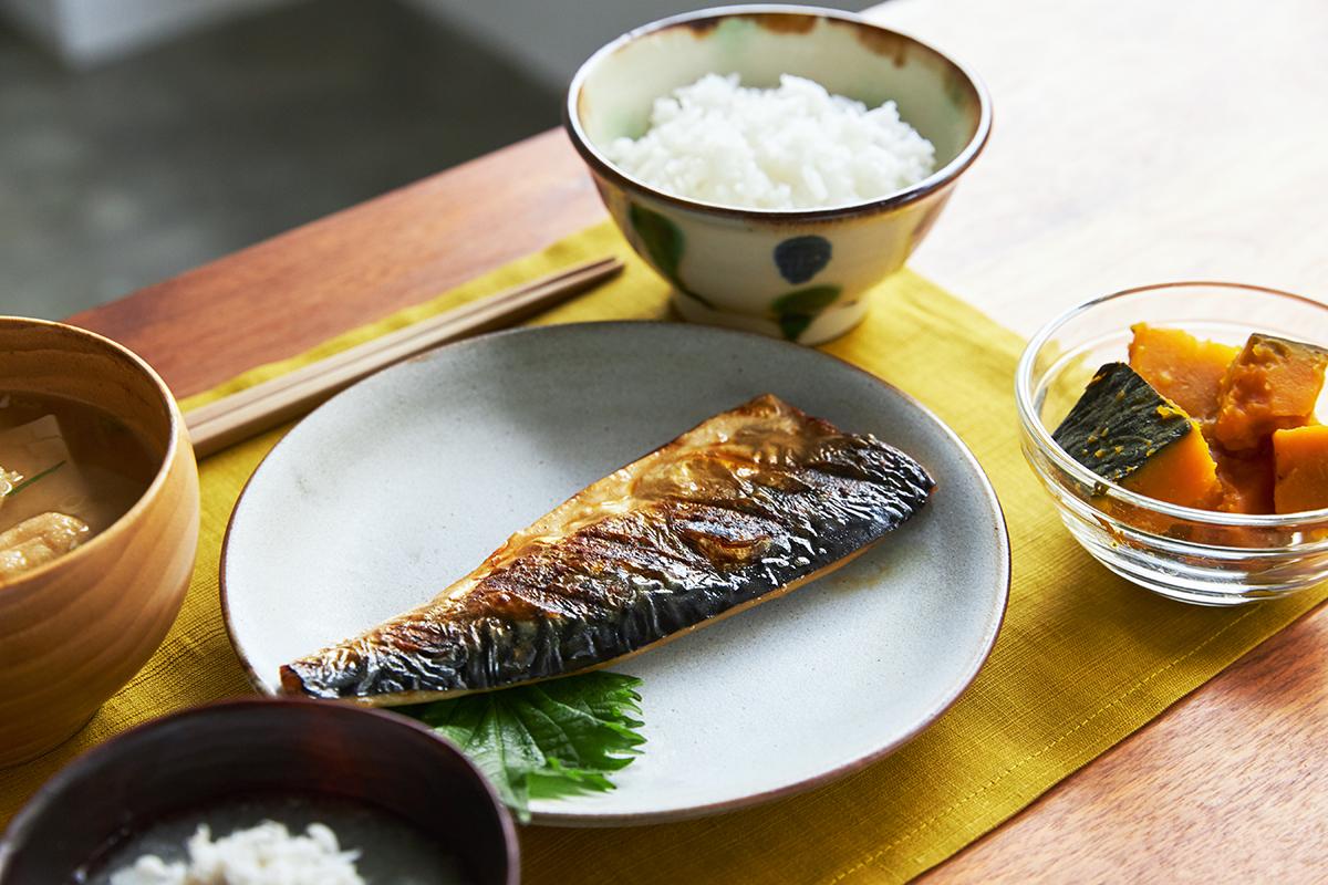 家の焼き魚が炭火で焼いた旨さになるコンロで使える魚焼き器|極厚炭グリルでパリッ、ふわっ、旨っ!コンロで手軽な「魚焼き器」|新潟・燕三条のオークス製の大人の焼魚 炭グリル