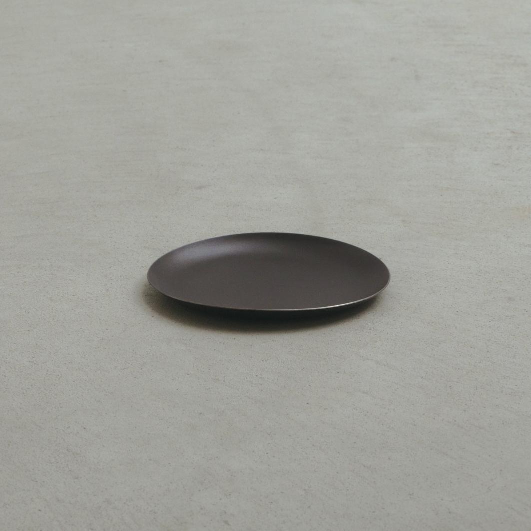 薄さもわずか1ミリ。たくさん重ねてもかさ張らないから、限られたスペースでも無理なく収納でき、食器棚もスッキリ。落としても割れない、黒染めステンレスの食器(お皿) KURO(96)クロ