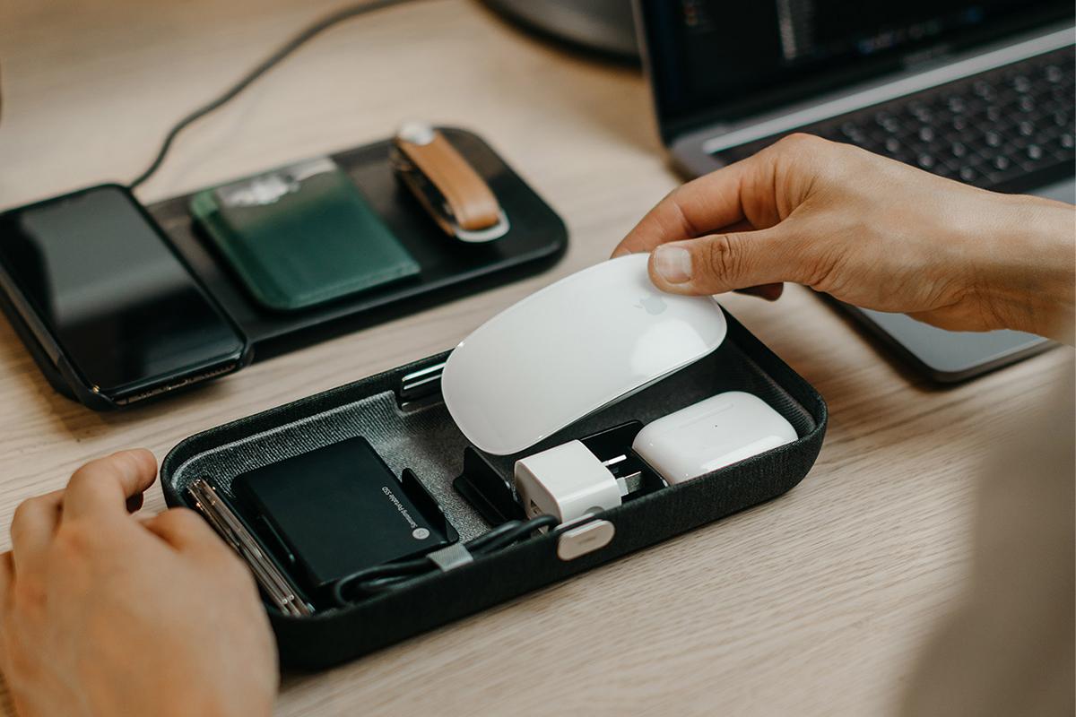 カフェで、新幹線で、家のダイニングで。一瞬で、仕事道具をいつもの配置にセットできる、ガジェットケース。仕事道具を好みの配置で収納、ワイヤレス充電台つきの「ガジェットケース」|Orbitkey Nest(オービットキー ネスト)