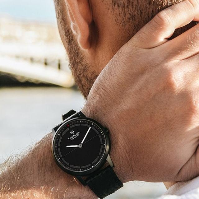 サファイアガラスは傷がつきにくいことから、高級腕時計によく採用されている素材なので、毎日使っても安心です。24時間、あなたの活動量も睡眠も見守ってくれるスマートウォッチ|noerden(ノエルデン)