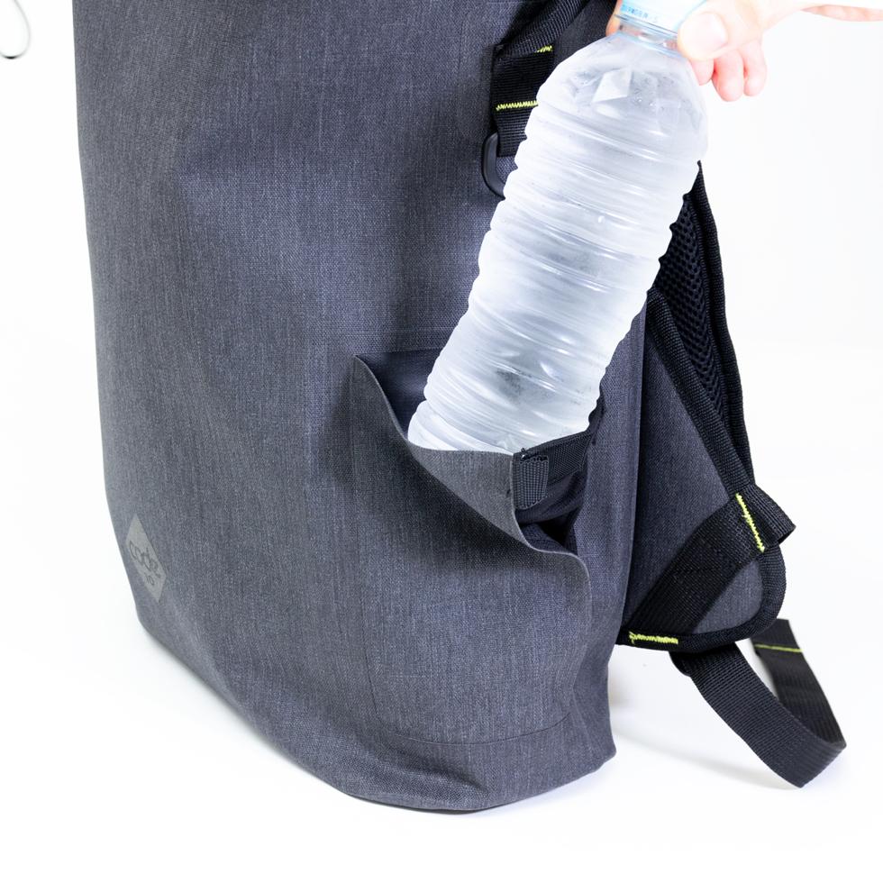 洗練されたサイドポケット付きの完全防水・テックスリーブ・盗難抑止機能・隠しポケットを搭載。10の機能を持ち合わせたバックパック | Code 10