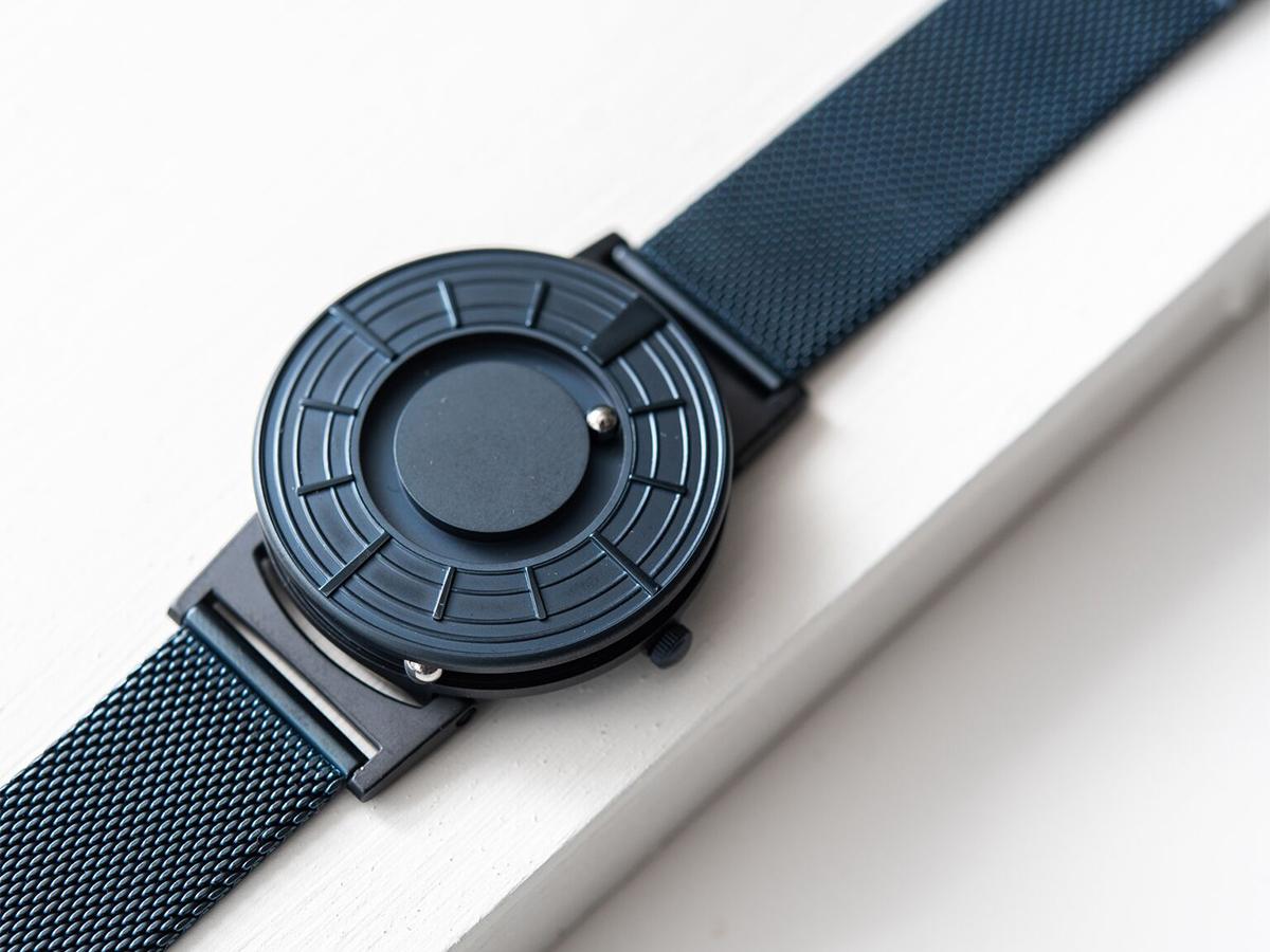 フェイスに磁石を内蔵させ、その磁力によってボールが静かに時を刻む仕組み「触る時計」| EONE(COSMOS)