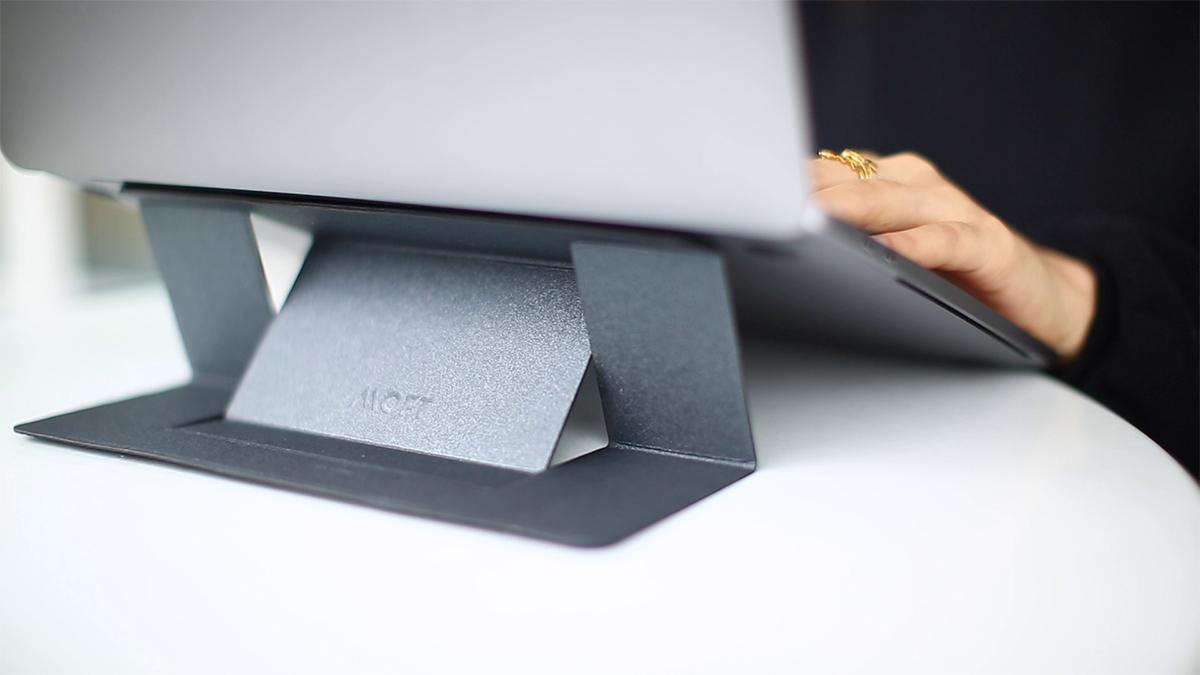 最大15.6インチまでのノートPCに対応しており、iPad Proも貼り付けOK。目線が上がり姿勢が楽々、タイピングも快適になる薄さ3ミリの「ノートPCスタンド」|MOFT(モフト)