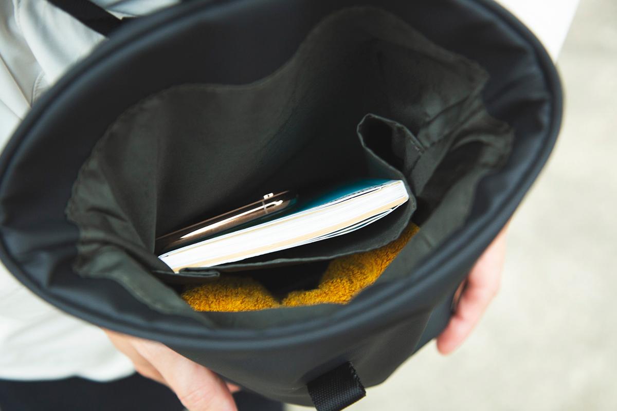 内部はポケット付き。頻繁に出し入れするスマホやガイドブックなどを分けて収納できるので便利。ペットボトル(500ml)2本がすっぽりと入る収納力「4WAYウエストバッグ」(水濡れや汚れに強いドライコレクション)|Topologie
