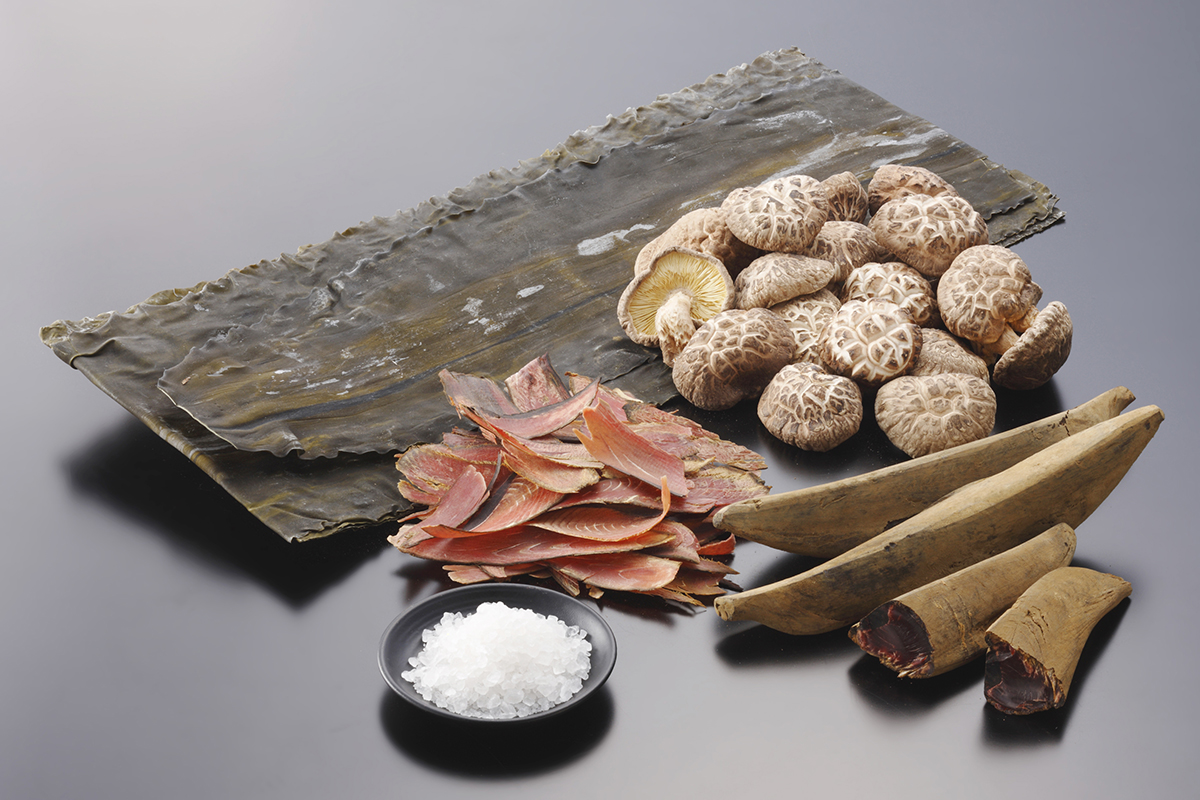 写真は厳選した「白だし」の原料。そのまま飲めることで有名な愛知・三河の「三河本みりん」も使われています。飲めるポン酢&特製だし付き「名古屋コーチンしゃぶしゃぶセット(もも肉・むね肉)」|錦爽(きんそう)|丸トポートリー食品