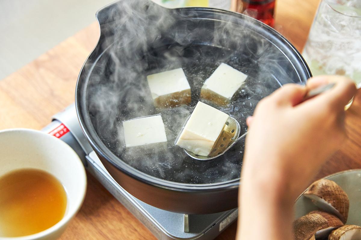 木綿豆腐は、事前に湯通ししてクッキングペーパーで水切りすると食感が締まります。飲めるポン酢&特製だし付き「名古屋コーチンしゃぶしゃぶセット(もも肉・むね肉)」|錦爽(きんそう)|丸トポートリー食品