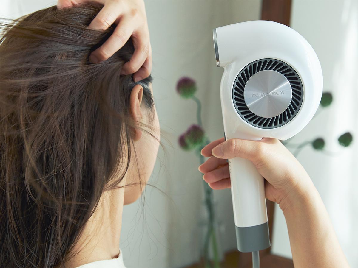 パワフルな風量なのに省エネ設計。手と空間に馴染む、85℃のちょうどいい風をつくる「ヘアドライヤー」|cadocuaura(カドークオーラ)|BD-E2