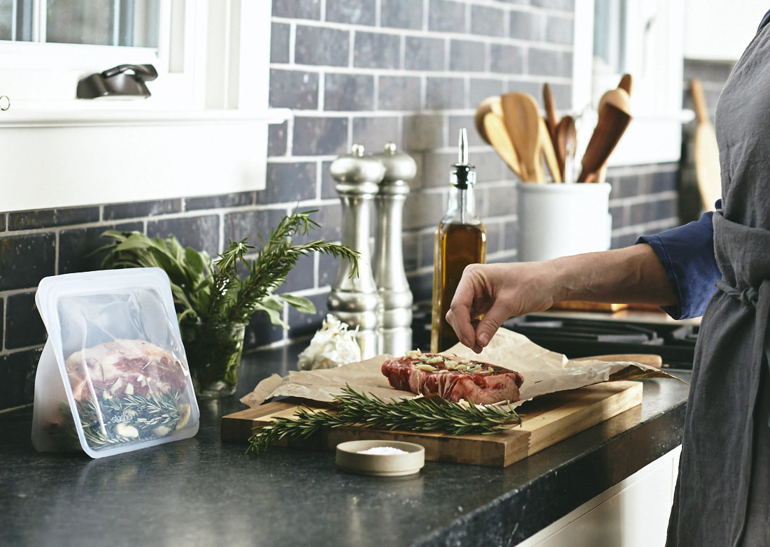 カット野菜・果物の冷凍保存、食材のレンジ加熱、肉や魚の漬け込みなどマルチに使えます。さまざまな調理に対応できる万能選手なマルチバッグ|stasher(スタッシャー)