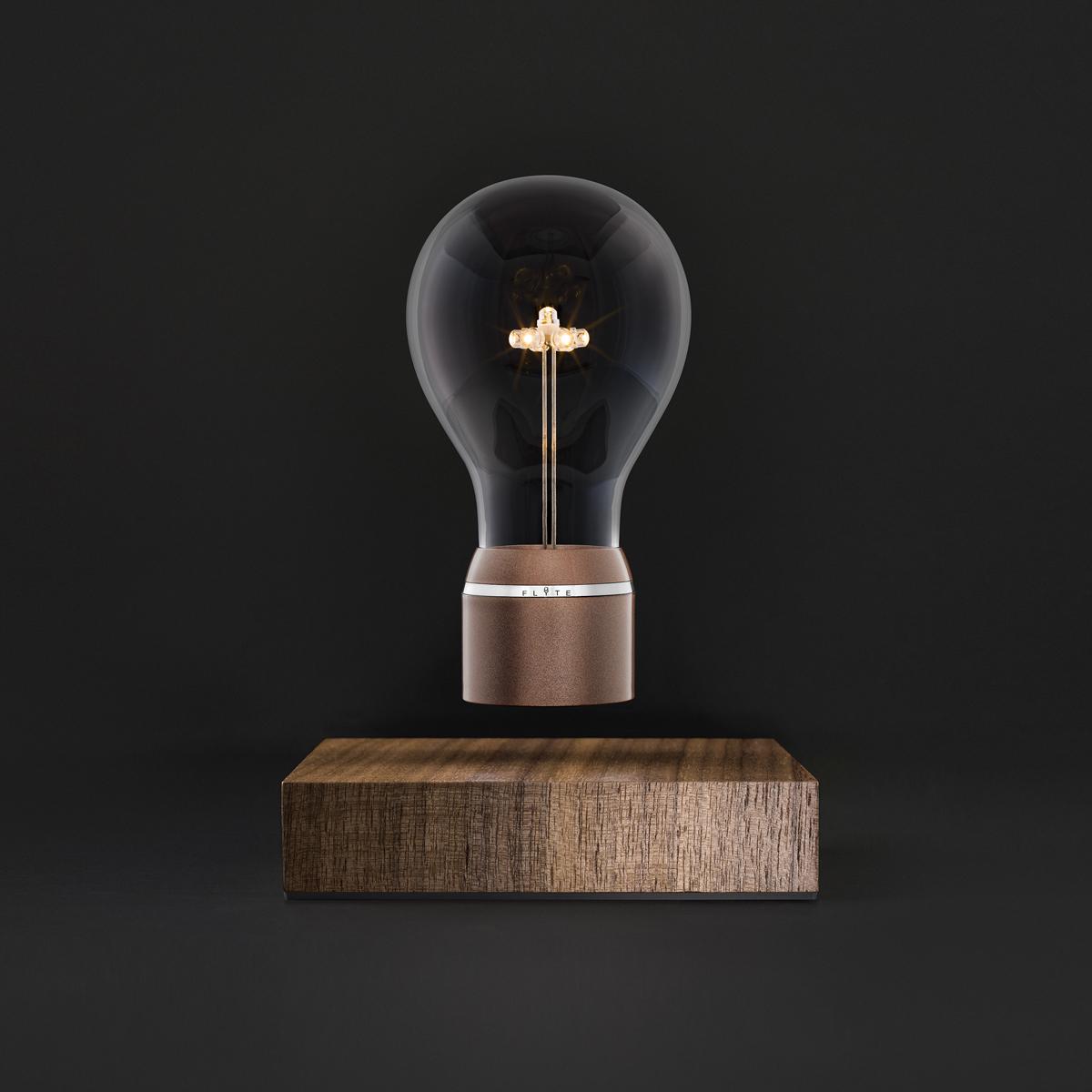 磁力で宙に浮くLED電球(Buckminster) | FLYTE