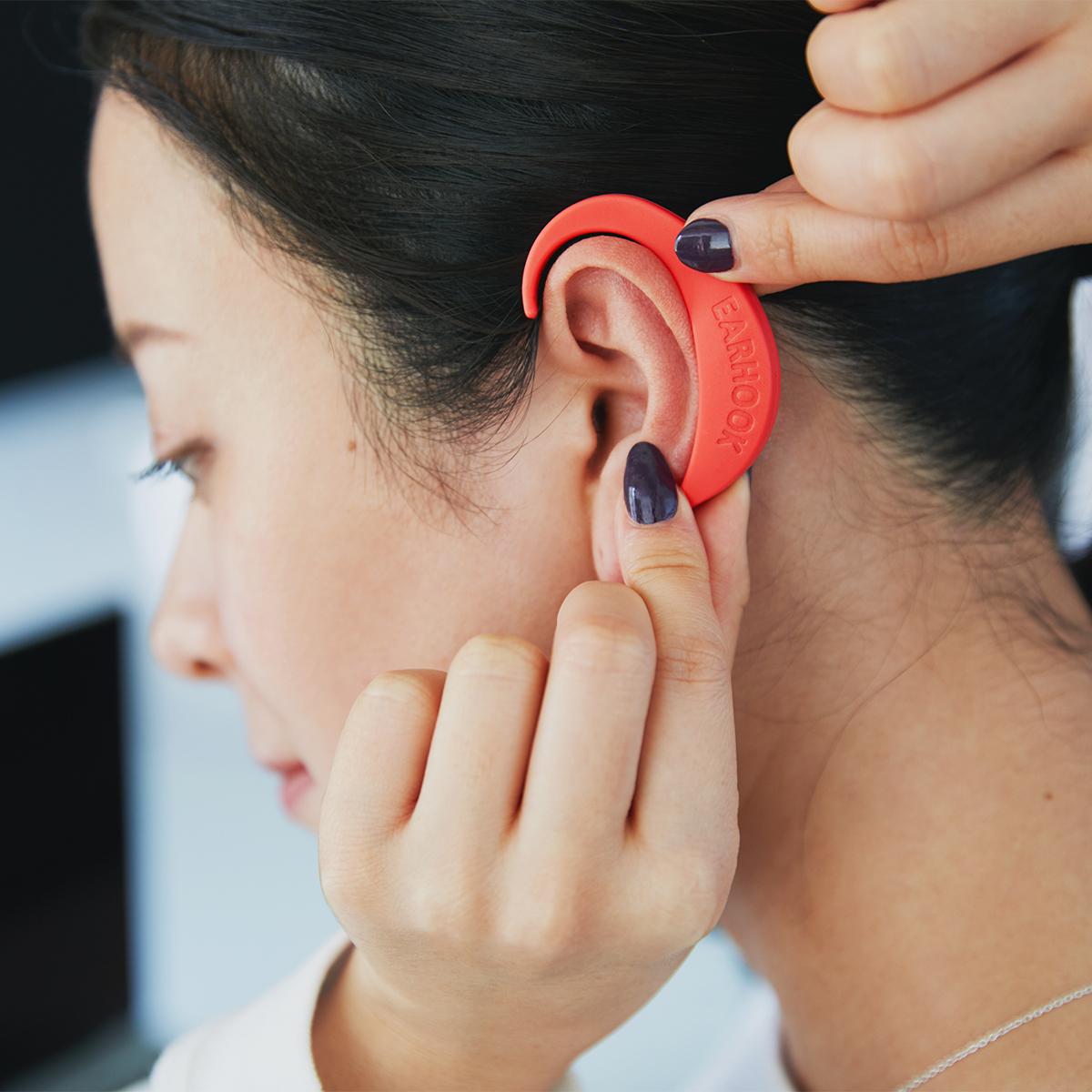 装着しているだけで、いつの間にか、肩こりや目の疲れを忘れている|ネオジム磁石で耳裏のツボを刺激。EARHOOK(イヤーフック)