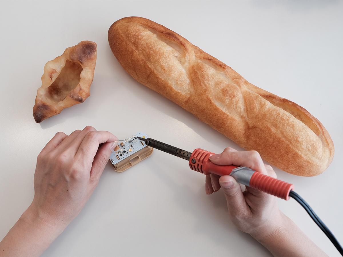 本物のパンがそのままインテリアライトに!ひとつひとつ手作りのパンだから、カタチや表情、光のニュアンスも様々な「ライト・ランプ・間接照明」|モリタ製パン所「パンプシェード」