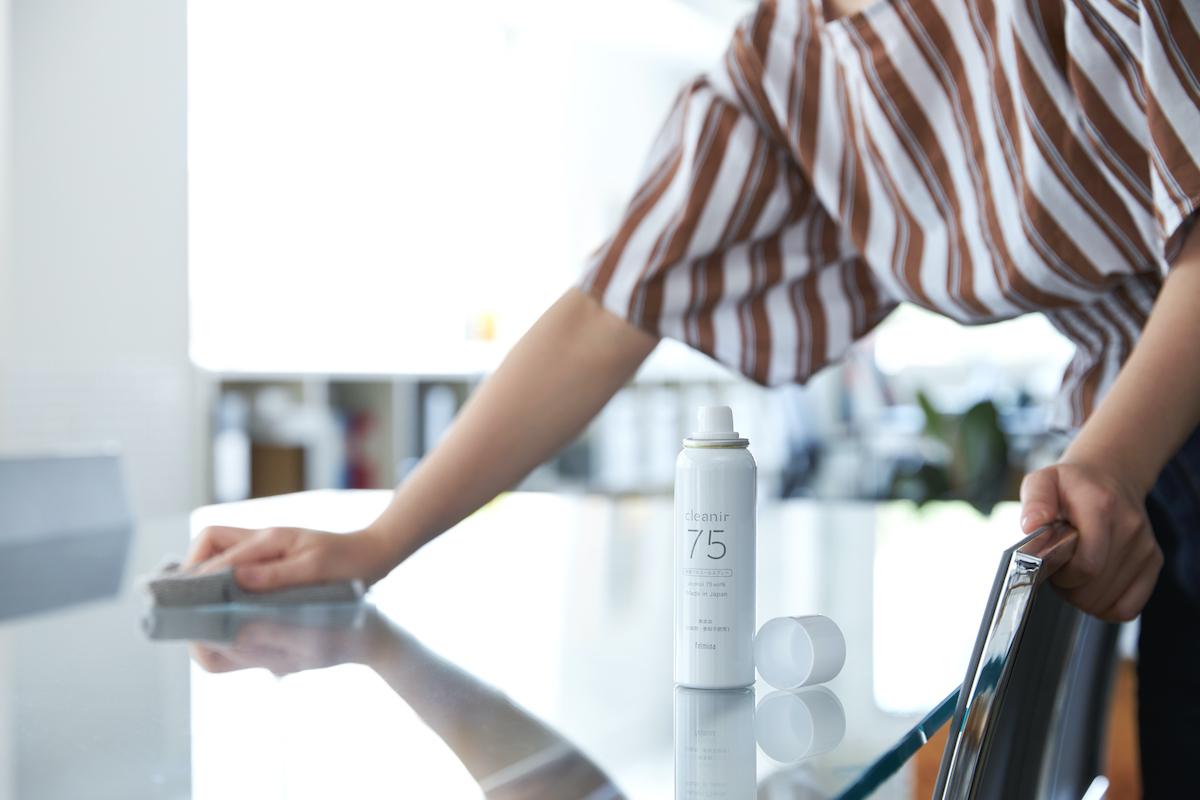 ソファやラグ、寝具などの布製品、家のテーブルや家具に|添加物無し、無添加の蒸発しにくいスプレー缶ボトルの携帯用「高濃度アルコール除菌スプレー」|クリニア75