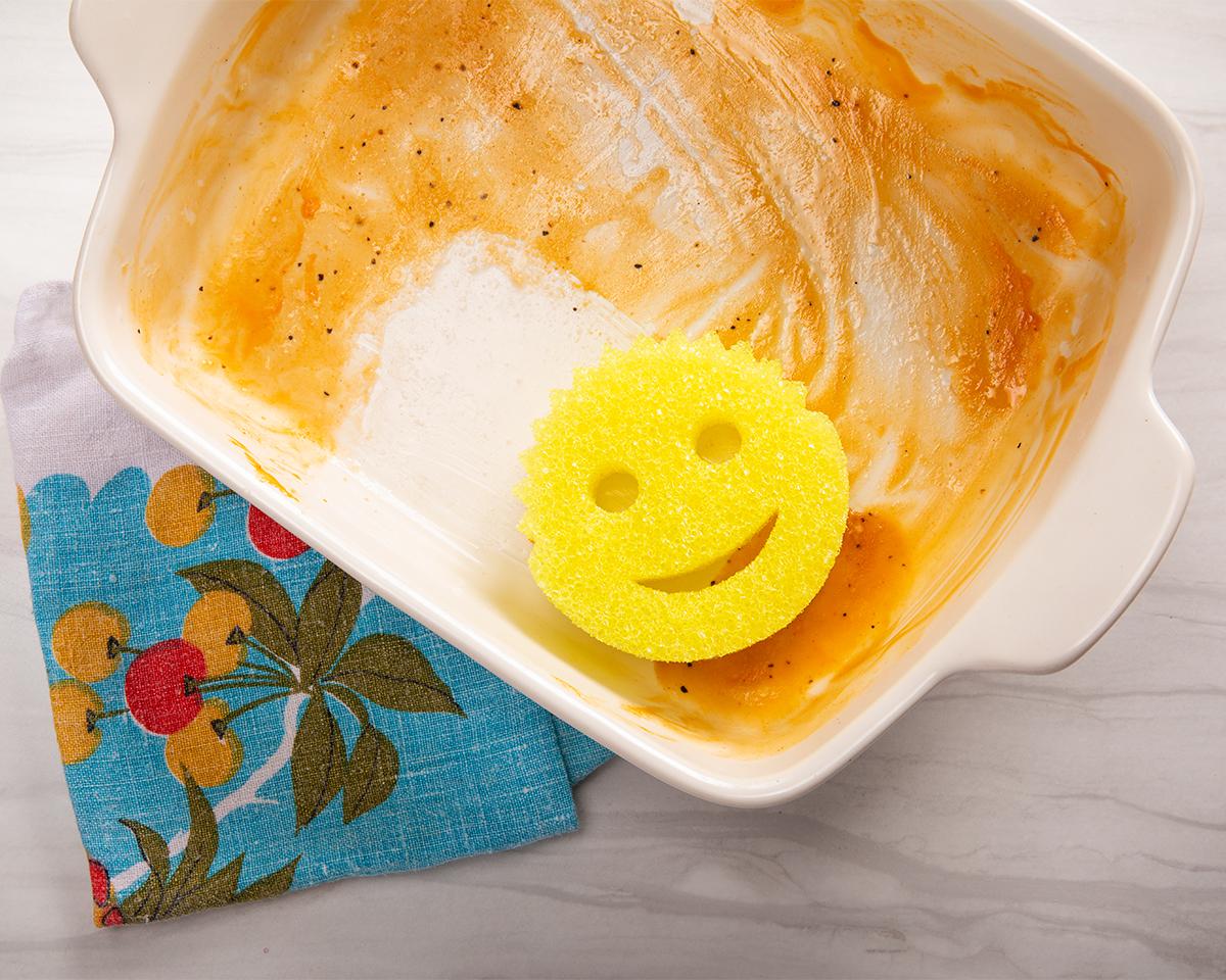 冷水ではタワシに。研磨剤やスチロール繊維を使っていないので、傷つきやすいテフロン加工やステンレス鍋の表面を傷つけることなく、<b><u>ガンコな汚れもスッキリ!「洗浄スポンジ」|Scrub Daddy