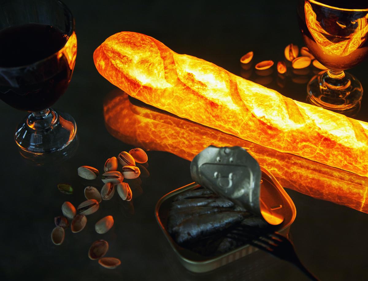 ダイニングテーブル|本物のパンがそのままインテリアライトに!置くだけで明かりのオンオフができる「ライト・ランプ・間接照明」|モリタ製パン所「パンプシェード」