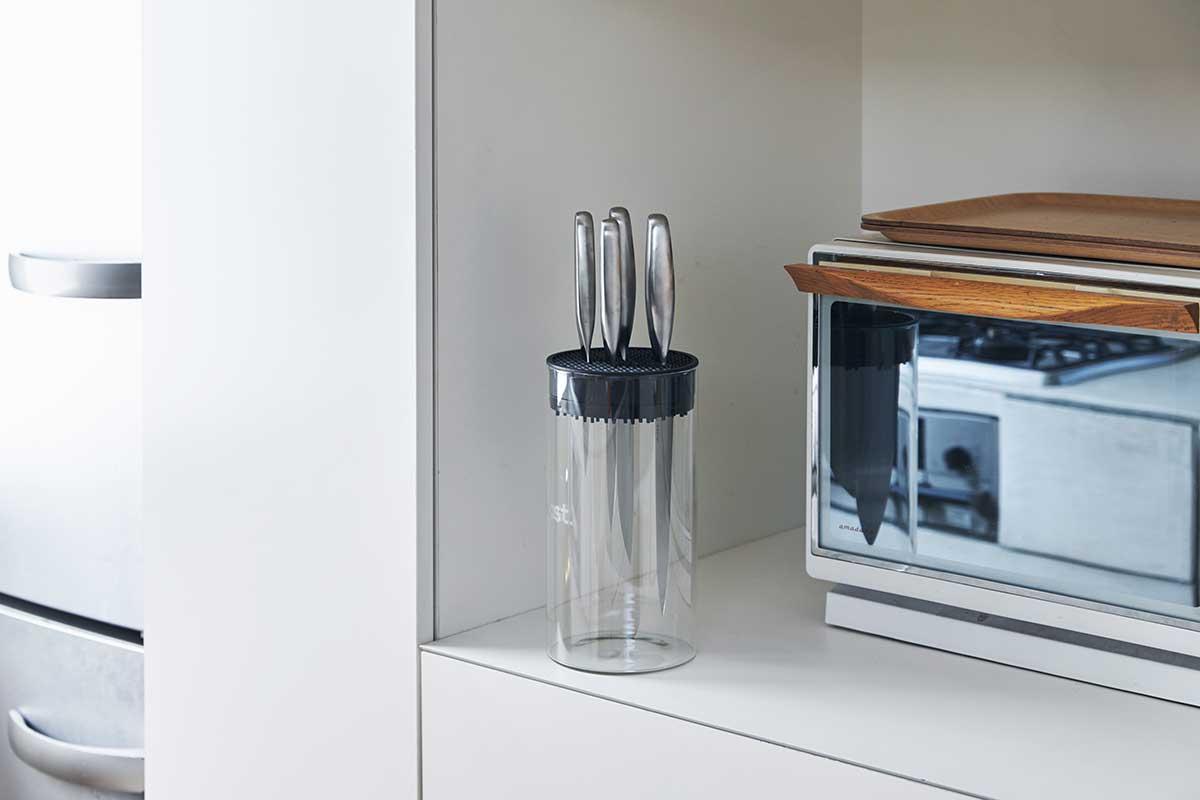 ナイフを最大7本まで飾るように収納できる強化ガラス製ケース。ガラスの透明感がキッチン空間に静かに馴染みます。メンテナンスの快適さにも驚く。極薄刃でストレスフリーな切れ味、野菜・肉・魚に幅広く使える「包丁・ナイフ」 hast(ハスト)