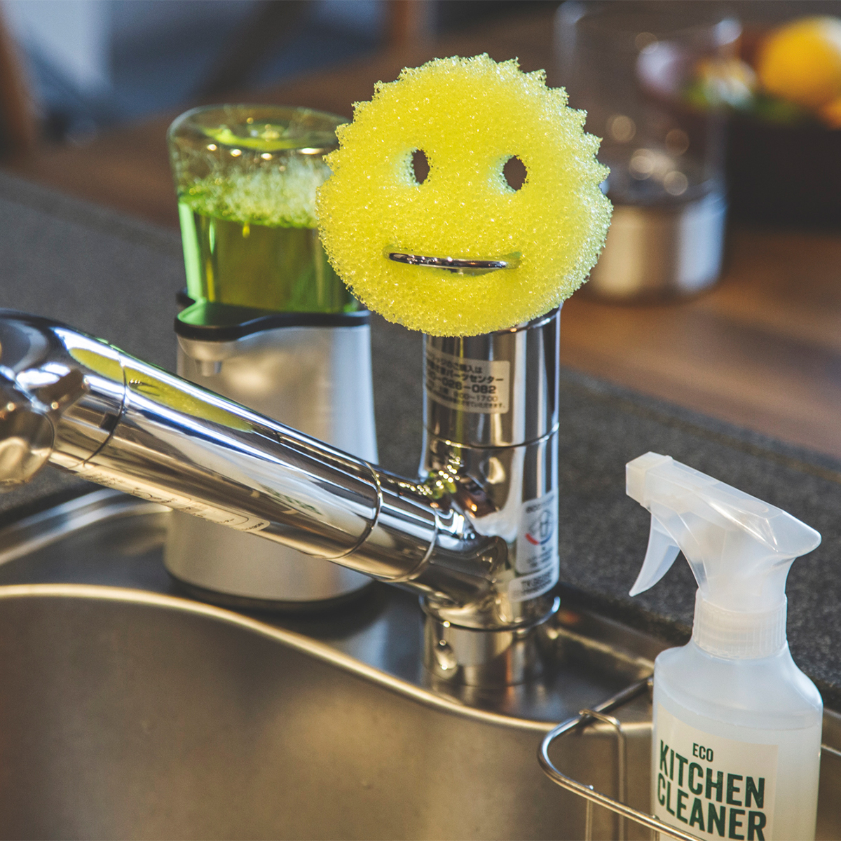 引っ掛け収納に|水切れ・汚れ落ちバツグン!水栓レバーにも掛けられて、収納ホルダー要らずの「洗浄スポンジ」|Scrub Daddy