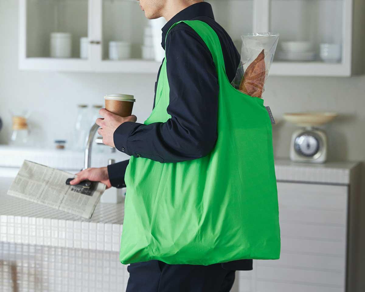 耐荷重は27kgと頼れるつくりだから、お米やお酒などの重たい食品・飲料も持ち運べます。ビールや冷凍肉もおいしさキープ、極薄素材で小さくたためる「保冷バッグ」|KATOKOA(カトコア)