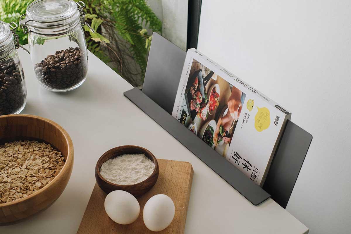 ソファ、キッチン、玄関でも重宝。デスクの書類を瞬時に片づけ、途中のタスクをすぐ再開できる「貼るデスクラック」|ZENLET The Rack(ゼンレット ザ ラック)