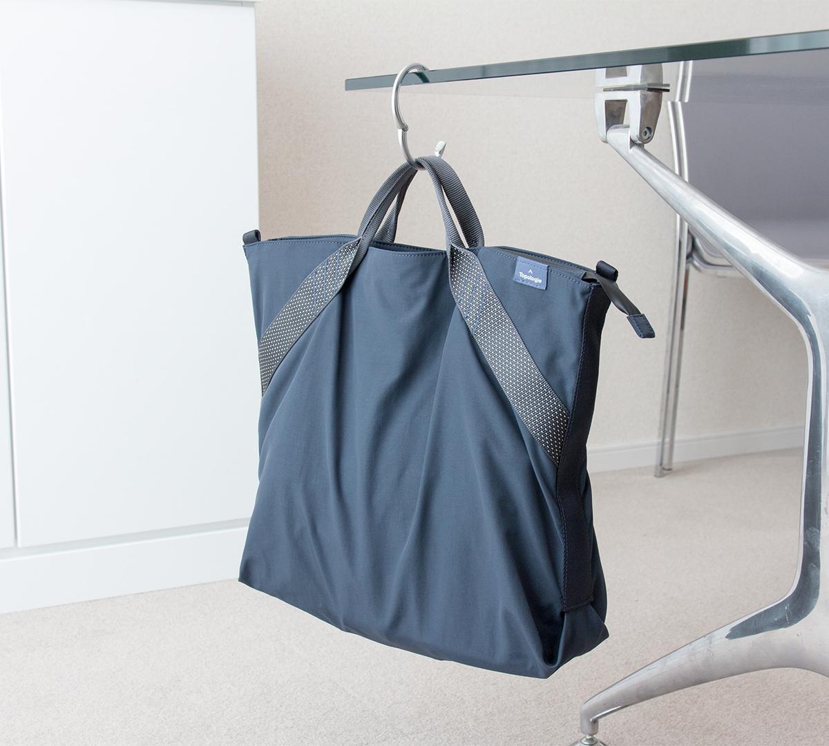 安定性があって持ち運びしやすい、登山用と同じ仕様で補強ステッチも施されている2WAYトートバッグ | Topologie