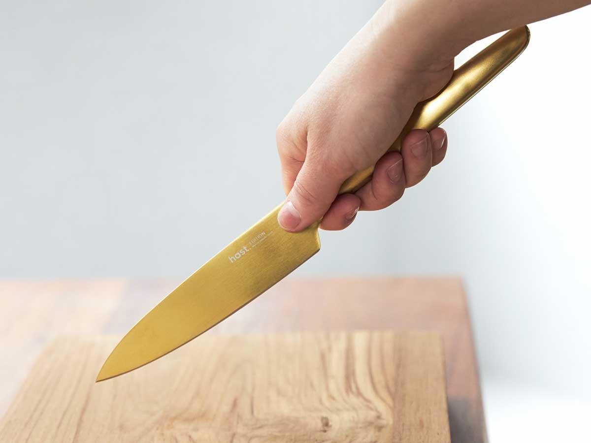 フィット感にも感動するはず。どんな持ち方でも、手に馴染むカタチ。極薄刃でストレスフリーな切れ味、野菜・肉・魚に幅広く使える「包丁・ナイフ」|hast(ハスト)
