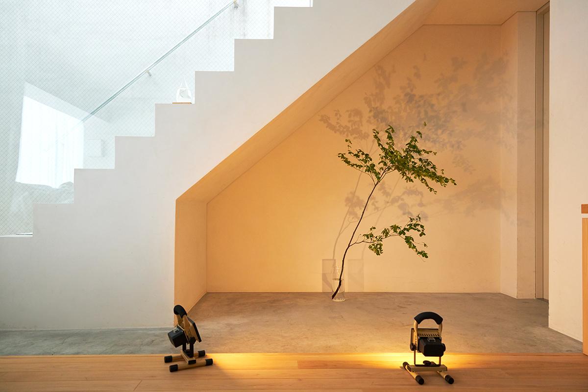 目に刺激が少ない、自然な色合いです|上下左右に自在に動いて、部屋も庭もドラマチックに照らしてくれる。スマホ充電もできる「LEDスポットライト」|RECHARGE LIGHT(リチャージライト)