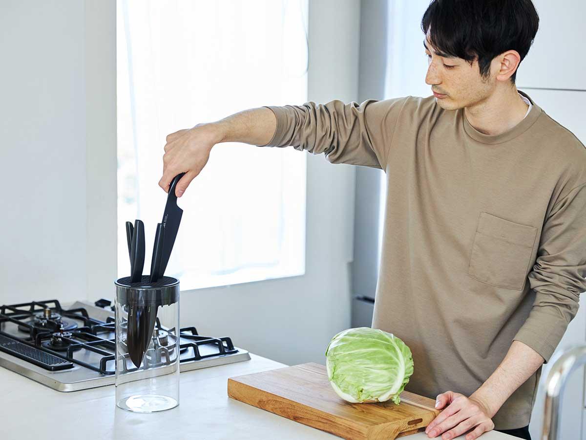 誰の手にも馴染むミニマムなデザインを追求し作り上げた理想のキッチングッズ。極薄刃でストレスフリーな切れ味、野菜・肉・魚に幅広く使える「包丁・ナイフ」|hast(ハスト)