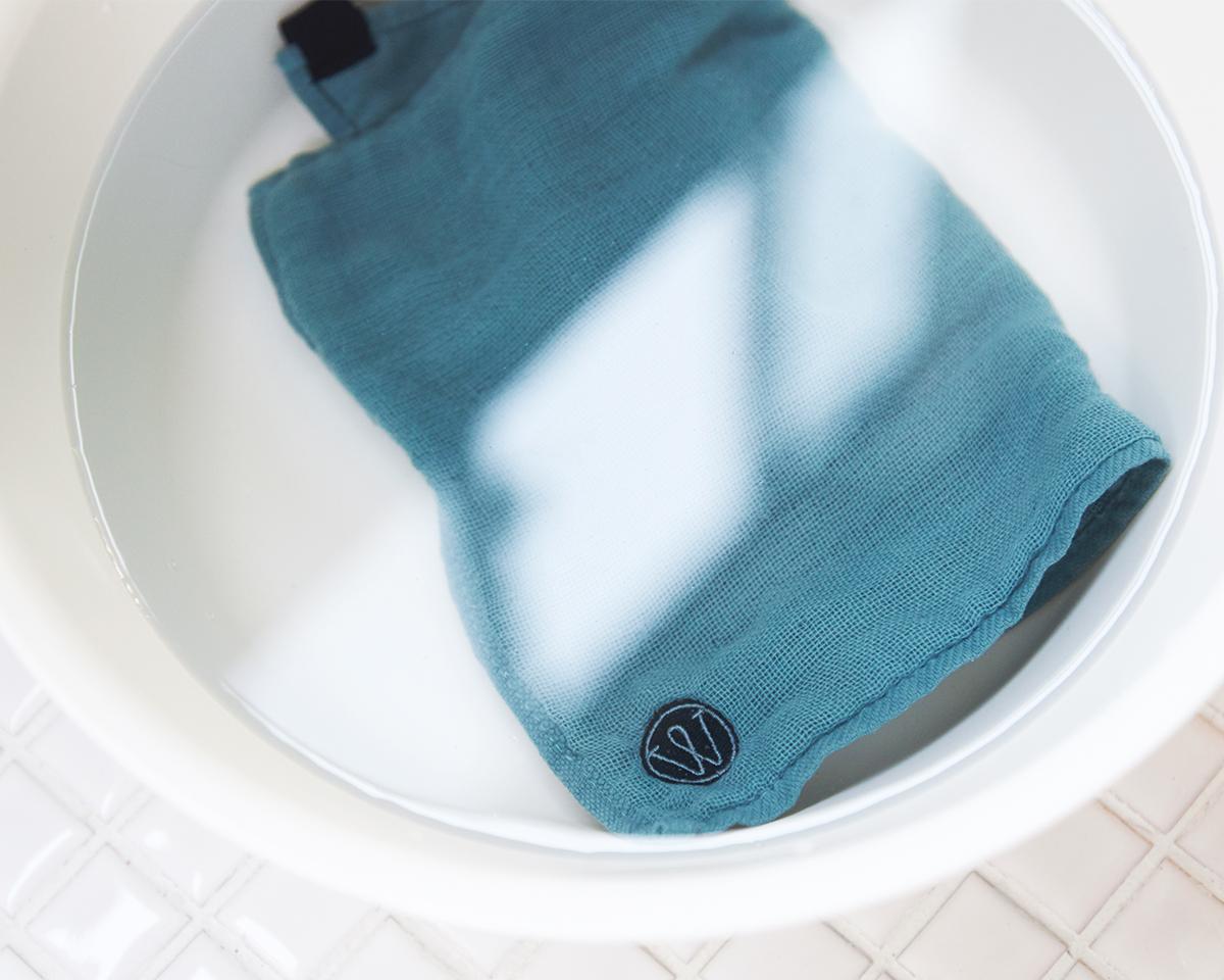 梅雨時は、夜干したふきんが、翌朝もジメッとしがちでしたが、「キッチンワイプ」はいつもサラリ(台所ふきん)|酸化チタンと銀の作用で、生乾き臭・汗臭の菌を除去する「タオル」|WARP