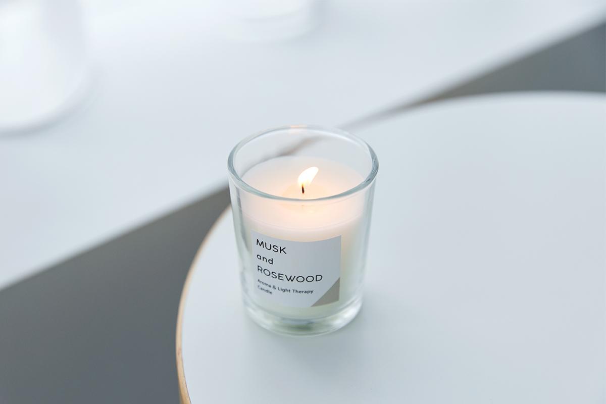 その液面に反射する光や、透けて落とす影も美しい。火を使わずにアロマキャンドルを灯せて、明かりと香りも楽しめる卓上ライト「キャンドルウォーマーランプ」|kameyama candle house