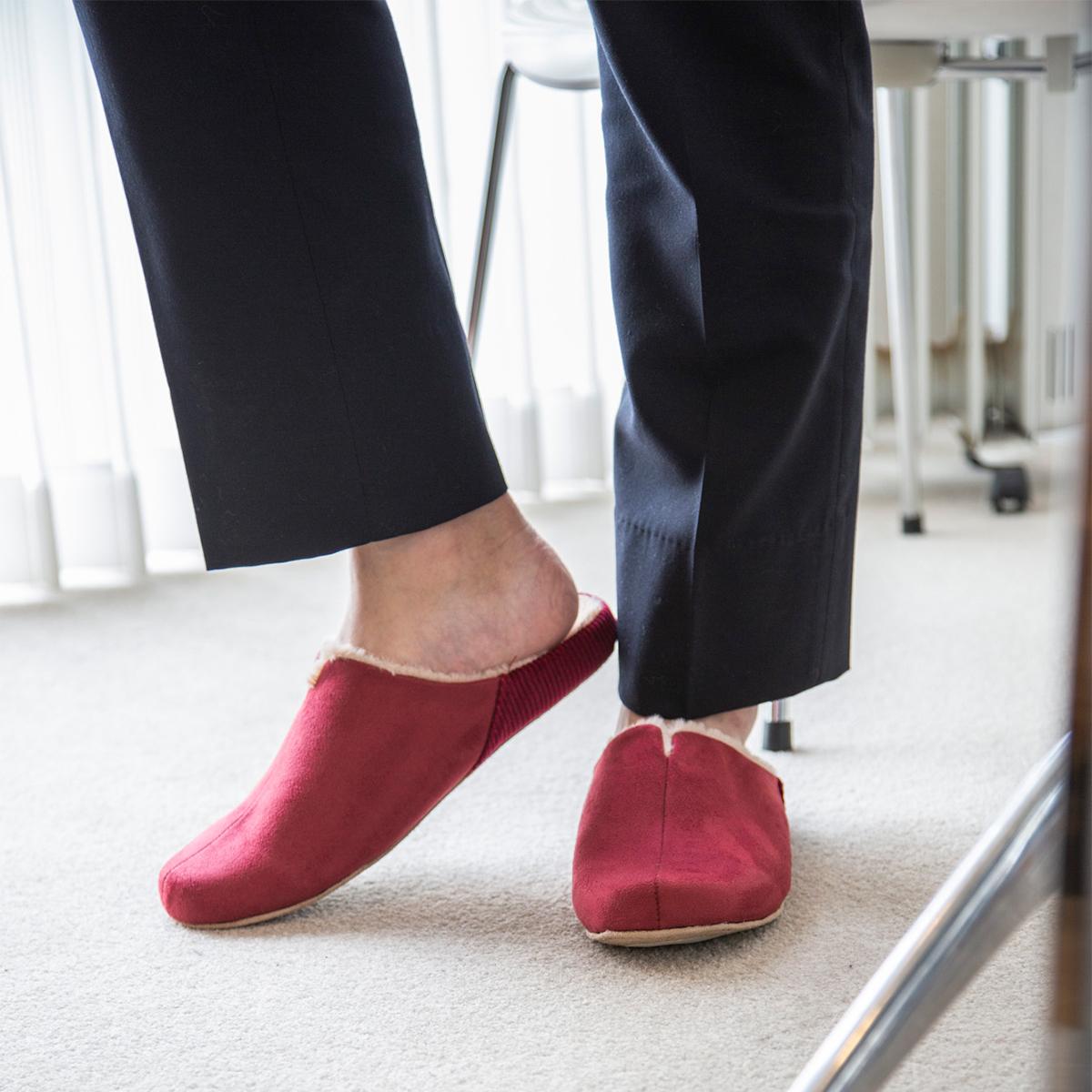 足に気持ちよくフィットする、職人が靴の製法でつくった、ボアつきなのに歩きやすい「モコモコスリッパ」|room's moco