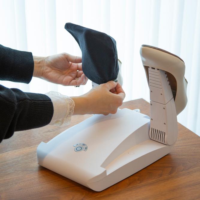 安全性も高いから子供も使える。15分置くだけ、紫外線でニオイも水虫菌も洗える「靴クリーナー」|RefreShoes(リフレシューズ)