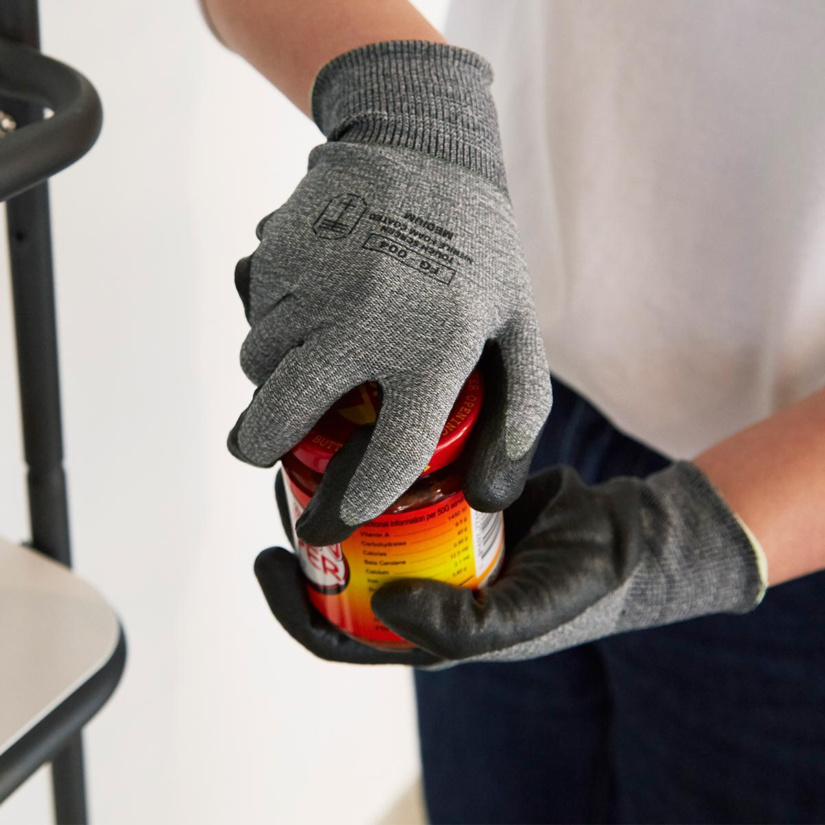 おしゃれなニット地の手袋ですが、手のひら側は、全面ゴム。つけると、指先までフィットして、まるで薄い筋肉が1枚増えたよう。手に力を入れやすく感じます。スマホを触れる。ネジもつまめる抜群のフィット感で、指先がスイスイ動く「作業用手袋」|workers gloves(ワーカーズグローブ)