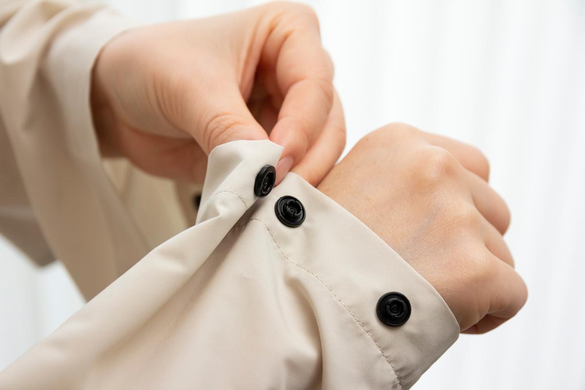 袖口のアジャストボタン|日中はサコッシュ、肌寒い朝晩はアウターに!水滴が滑り落ちる高撥水素材の「バッグ一体型パーカー」| SANYO ENJIN