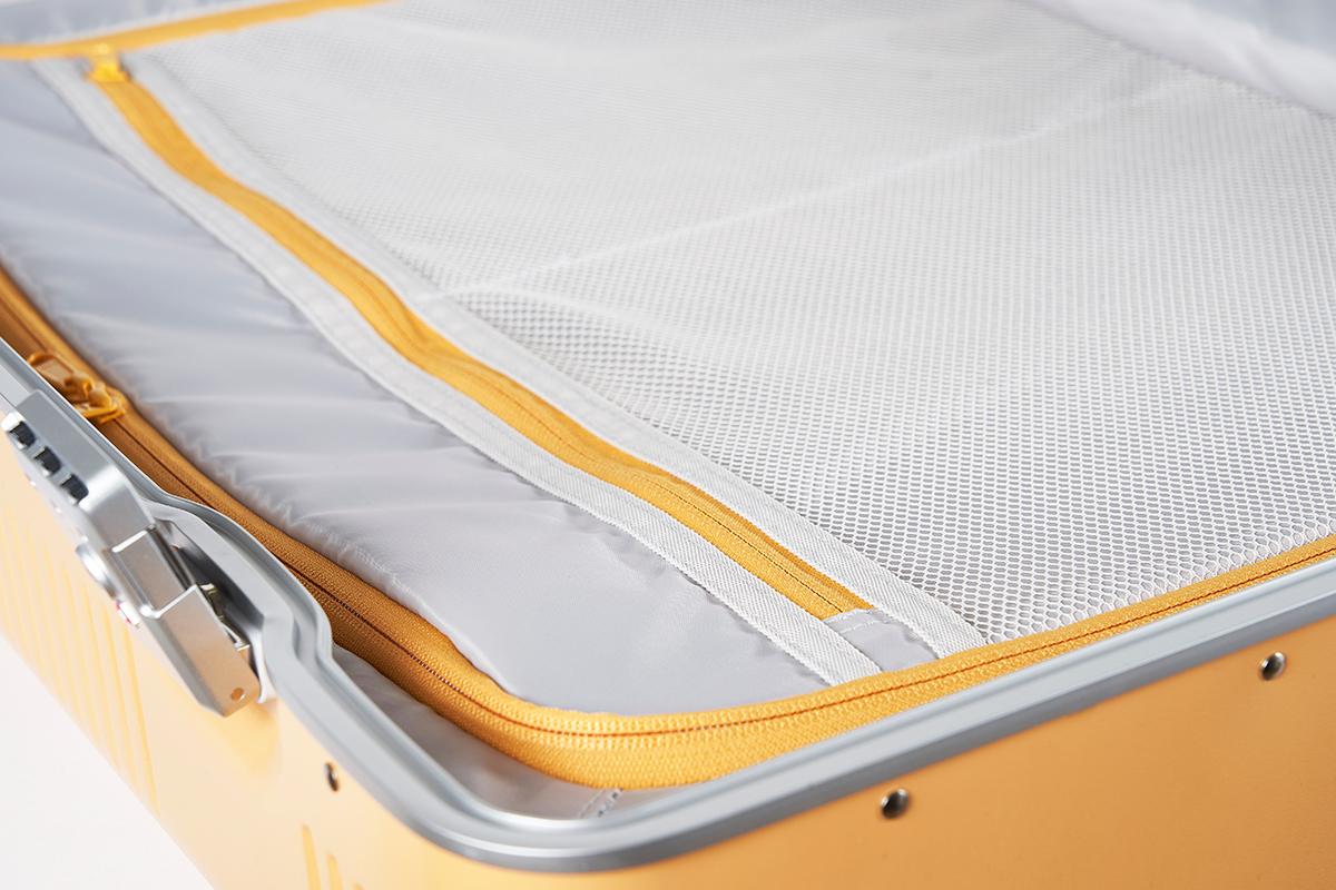汚れが付着しにくい光沢のある生地を採用しているので、お手入れもラクなスーツケース(37L・1〜2泊・機内持ち込みサイズ)|RAWROW