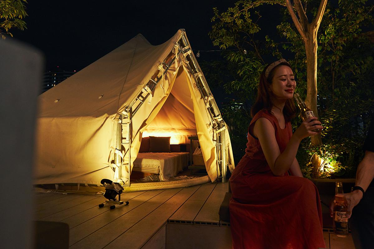 アウトドアで、テントや周りの木を照らせば、なんてドラマチック!|上下左右に自在に動いて、部屋も庭もドラマチックに照らしてくれる。スマホ充電もできる「LEDスポットライト」|RECHARGE LIGHT