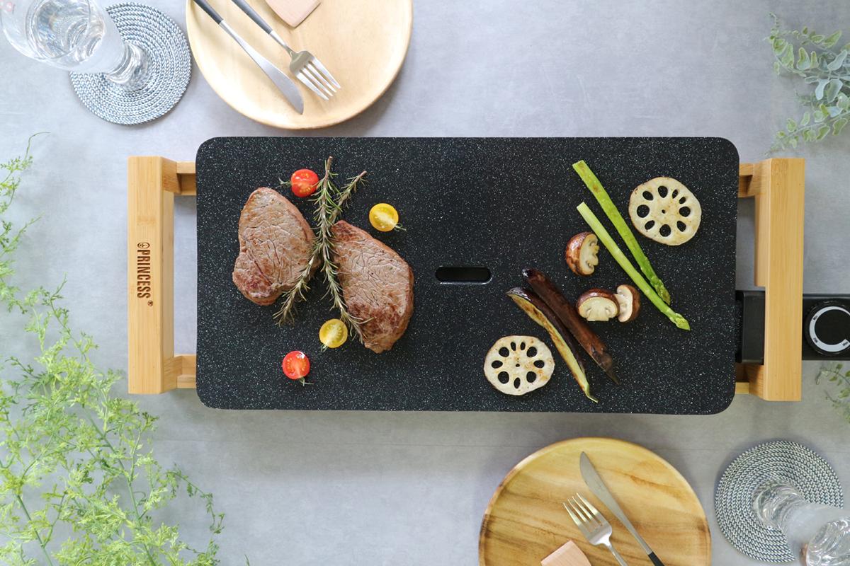 食卓の中心に置くホットプレートだから、美しくおしゃれなモノを|Princes Table Grill|食卓をもっとおしゃれに楽しく!おすすめのアイデア8選。毎日の食卓に取り入れて、家での食事を楽しもう