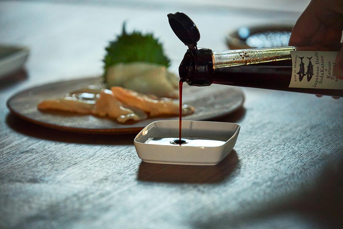 かけるだけで、家ごはんが花開く。うまみが凝縮!いつもの調味料が宗田節で輝きだす、つぎ足して使える「だし醤油&だし酢(化粧箱入り)」|SHIMANTO DOMEKI COMPANY
