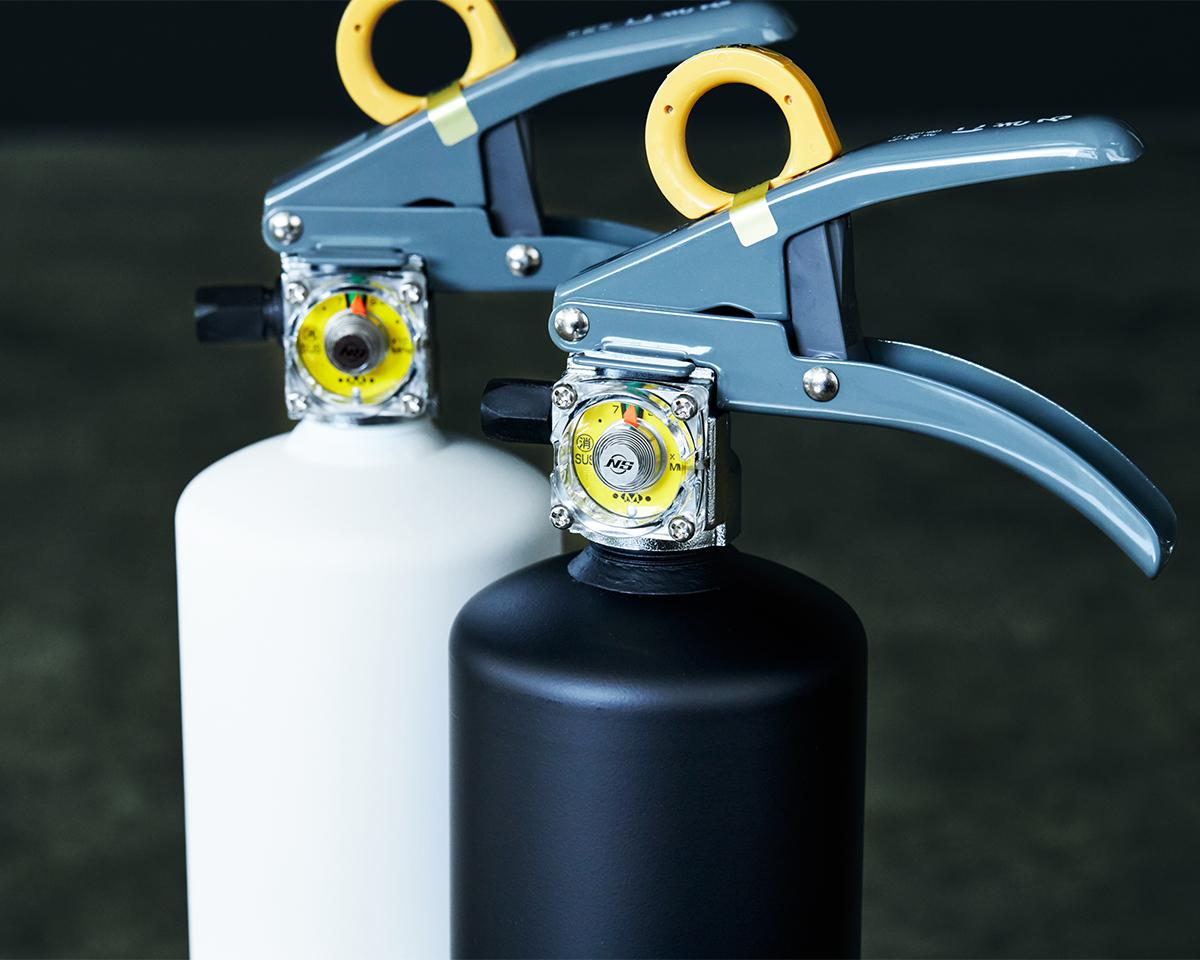 発火した天ぷら油もしっかり鎮火。そのほか、家庭で起こりうるさまざまな火災にも対応。お酢が主成分の消火薬剤だから、後片付けがラク!玄関やリビングにも飾れる「モノトーンの住宅用消火器」|+maffs(マフス)
