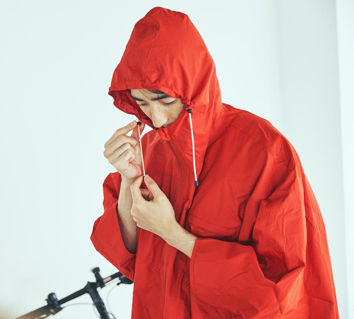 フードは、顔にフィットするように調節できる、ドローコードつき。雨の日も両手フリー、濡れない、蒸れにくい「ポンチョ」|U-DAY PONCHO(ユーデイ ポンチョ)