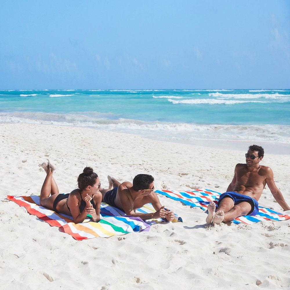 砂がつかないからシートとしても使える。砂がつかないマイクロファイバー製のカラフルタオル(ビーチタオル)|DOCK & BAY