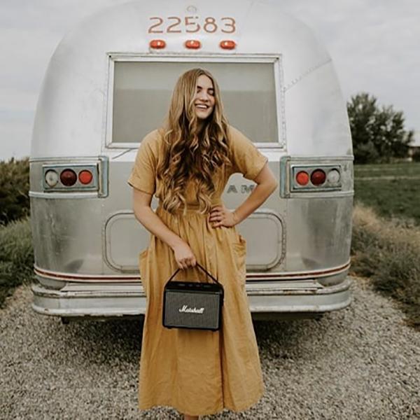 着け外し自在のハンドストラップつきで、女性でも片手でスイスイ持ち運べるコンパクトなワイヤレススピーカー|Marshall Kilburn Ⅱ