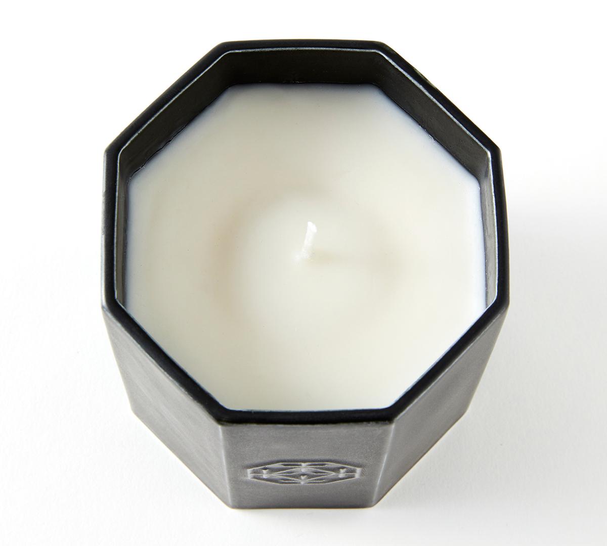 440年にも渡って受け継がれてきた伝統の薫香技術によって生まれた複雑な表現。穏やかな炎と心地いいヒノキの香りで、ゆったり癒しの時間を-センティッドキャンドル-KITOWA(キトワ)