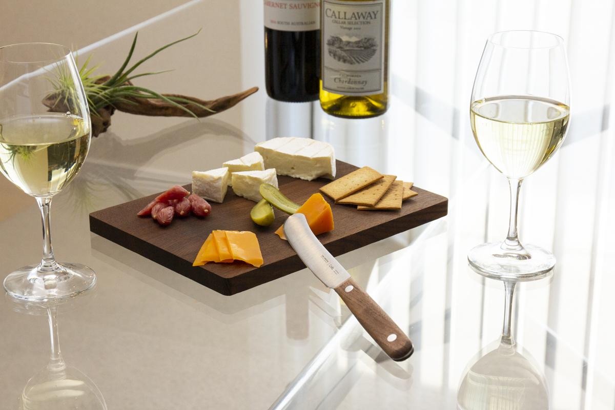 食卓の上にミニキッチンがあるような感覚。1本で「切る・むく・混ぜる・取る・塗る」が思いのまま、硬いパンもきれいにスライスできる「食卓ナイフ&カッティングボード」|CARL MERTENS