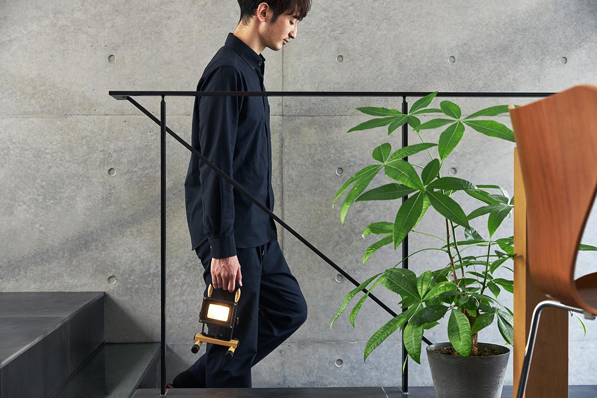軽く動いてピタッと止まるアーム。楽しい時間も、いざという時も、大活躍してくれる|上下左右に自在に動いて、部屋も庭もドラマチックに照らしてくれる。スマホ充電もできる「LEDスポットライト」|RECHARGE LIGHT(リチャージライト)