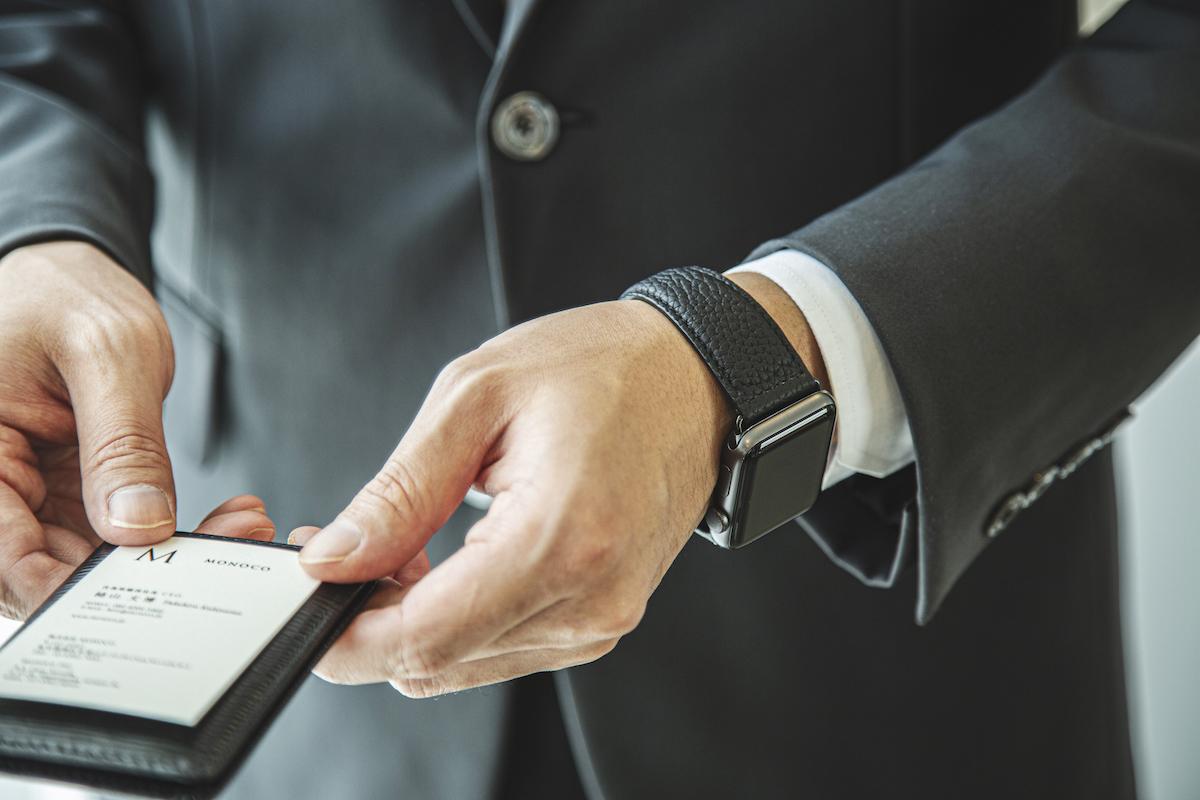 シュリンクレザー(収縮加工皮革)のやわらかな表情が、名刺交換でもひと際目を引く「Apple Watchバンド」|EPONAS(エポナス)