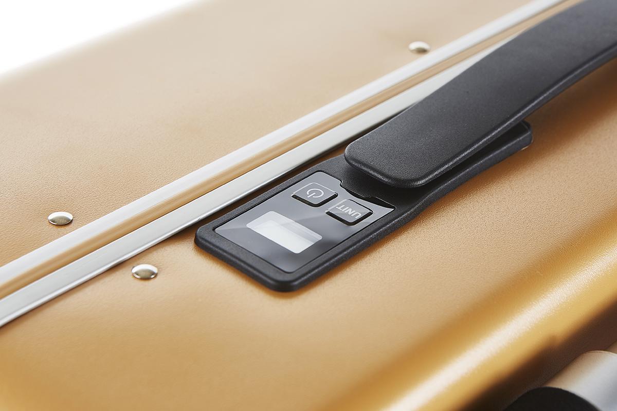 持ち上げるだけでスーツケースの重量を計測できる重量計測(スケール)機能が付いているスーツケース(88L・7泊〜)|RAWROW