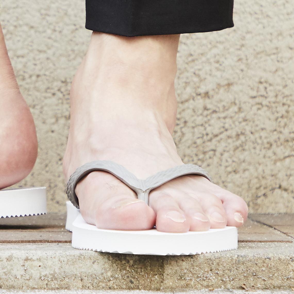 日本人の足型に沿った鼻緒|日本人の足型に沿った、歩きやすいビーチサンダル|九十九(つくも)サンダル