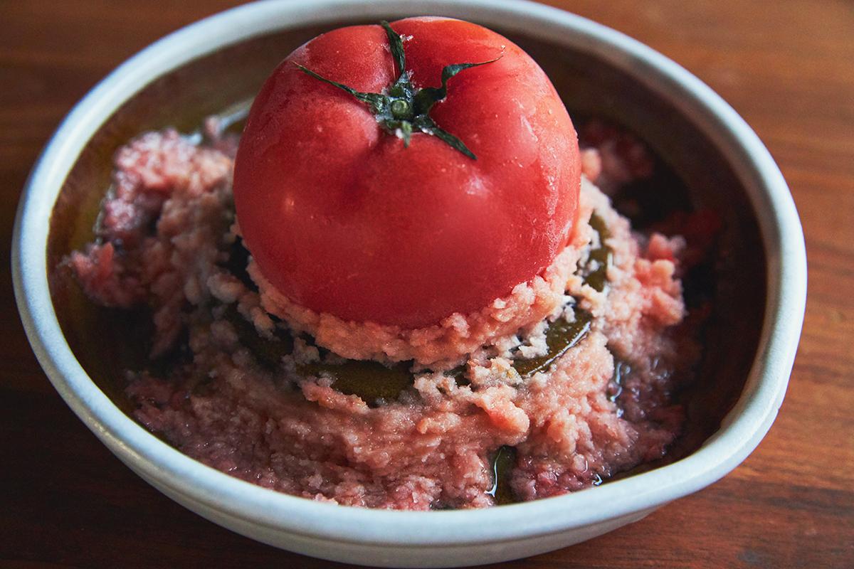 個人的なお気に入りは、冷凍トマトのおろし。我が家では、熟したトマトを冷凍保存して、トマトソースやカレー、スープに活用。「おろし器」|もとしげ
