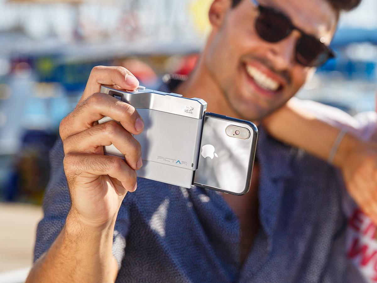 カメラ初心者でも直感的に操作できる設計。だれでも簡単に綺麗な写真が撮れるカメラグリップ(iPhone全機種対応) | PICTAR